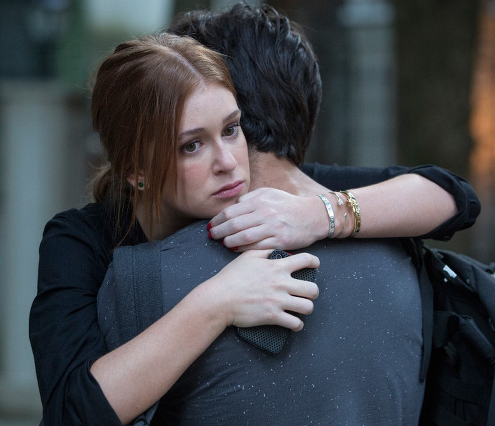 Eliza (Marina Ruy Barbosa) e Jonatas (Felipe Simas) se abraçam após encontro — Foto: Felipe Monteiro/Gshow