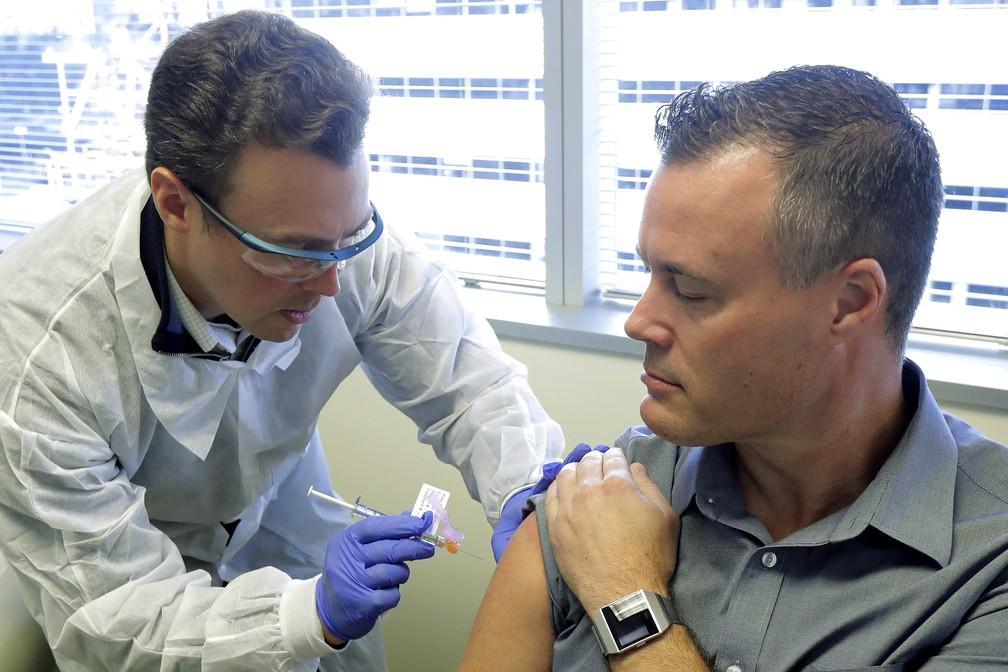 O engenheiro Neal Browning é um dos primeiros a ser testado com a vacina contra o coronavírus — Foto: Ted S. Warren/AP