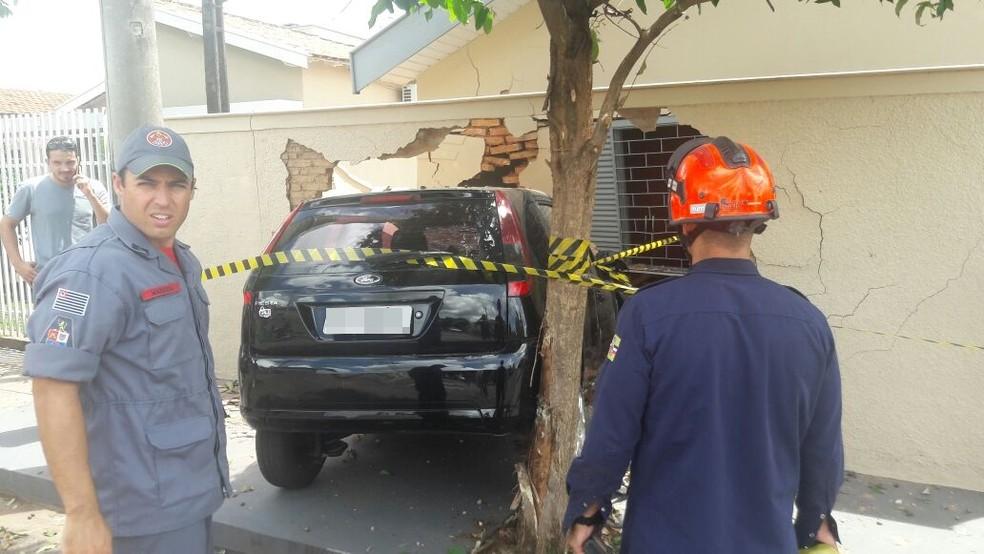 Corpo de Bombeiros foi acionado para atender o acidente, mas ninguém ficou ferido após carro atingir casa em Birigui (SP) (Foto: Arquivo Pessoal)