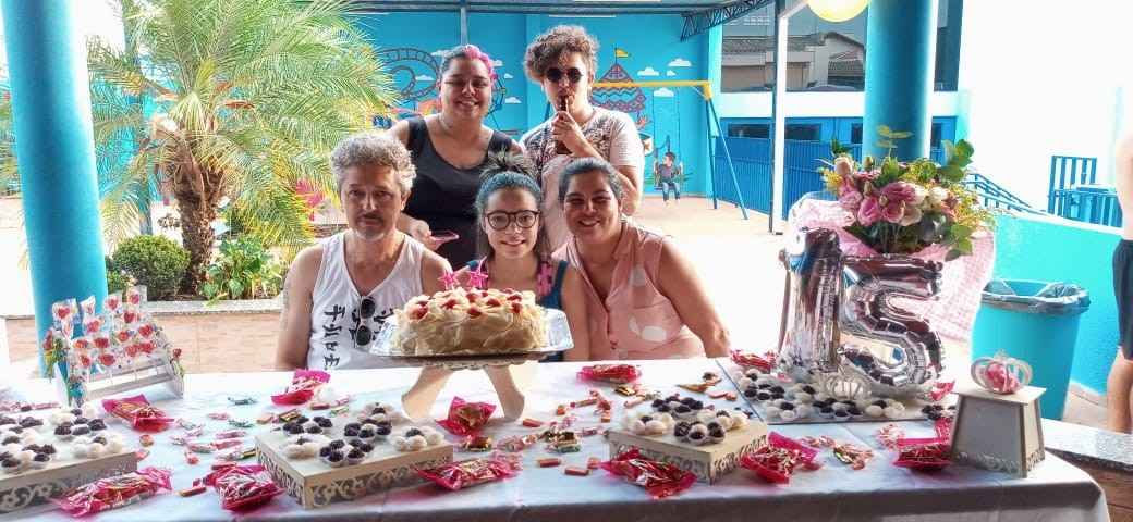 Dia das Mães: Funcionária de lar comemora família completa após adoção de adolescente