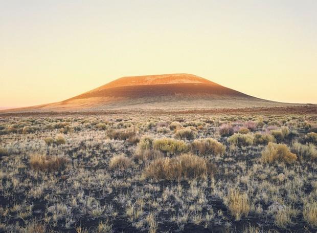 De longe, um vulcão natural e, de perto, uma obra magnânima que celebra os belezas celestiais (Foto: Florian Rolzherr/ James Turrel Studio/Archdaily/ Reprodução)