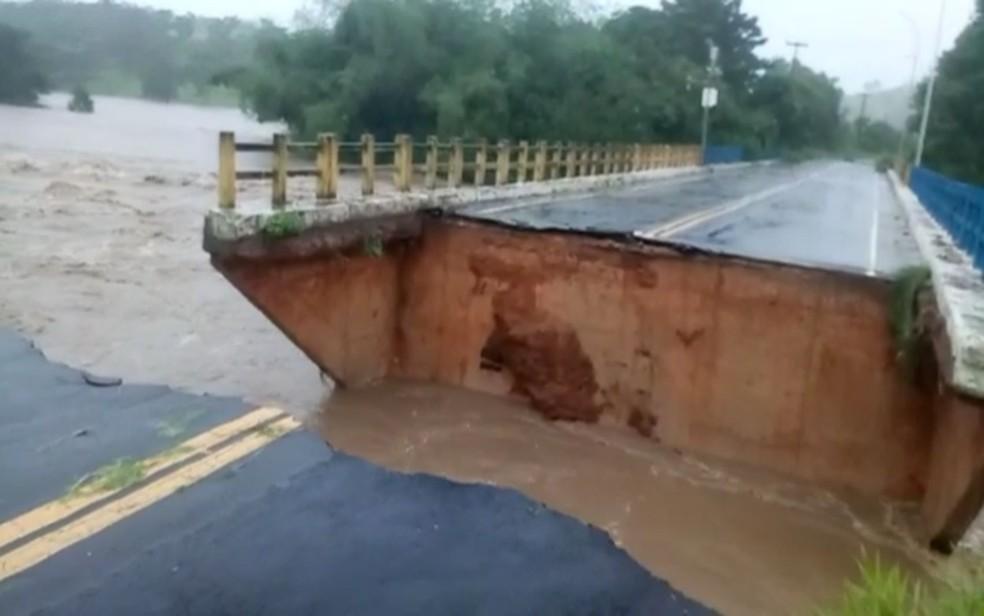Pista de ponte ficou destruida — Foto: Jerônimo Gonzaga Nascimento
