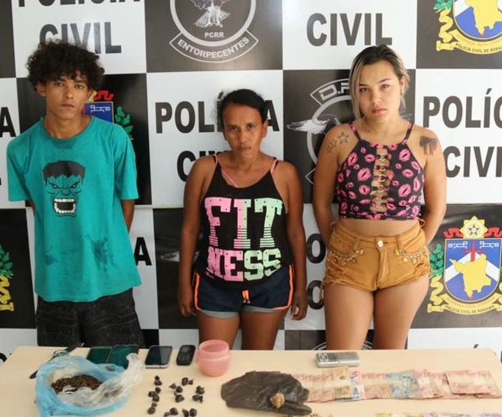 Victoria (última à direita) foi presa com outros dois suspeitos nessa quinta (23) (Foto: Polícia Civil/Divulgação)