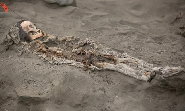 Arqueólogos encontram novo sítio de sacrifício maciço de crianças no Pe