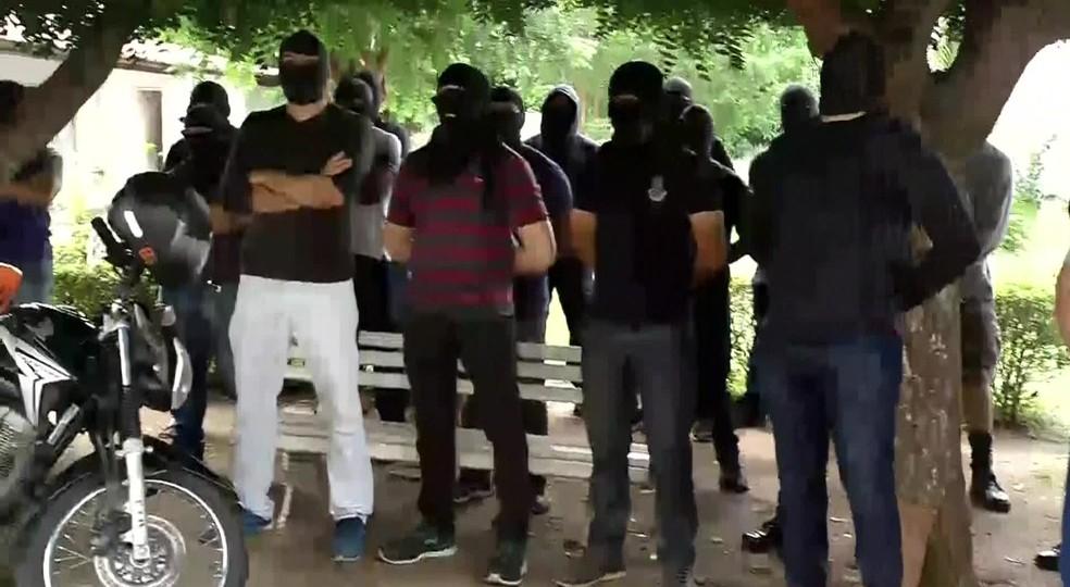Encapuzados ocupam unidade da tropa de elite da PM do Ceará em Sobral na manhã desta sexta-feira — Foto: Reprodução/TV Verdes Mares