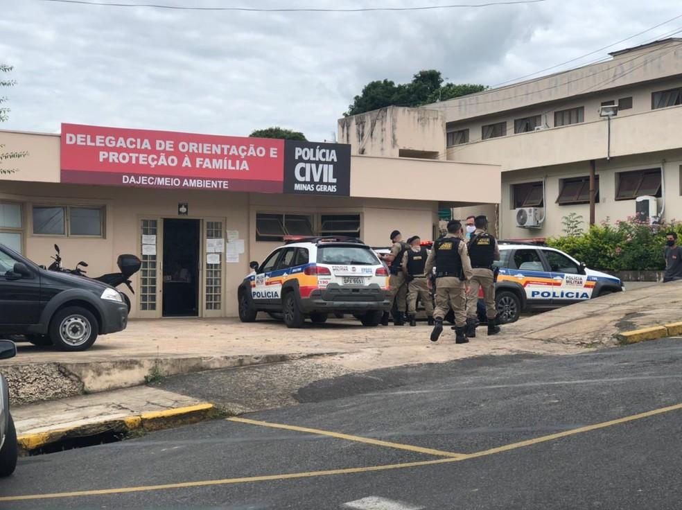 A polícia tenta identificar o motivo do grupo estar na cidade — Foto: Thomaz Albano/G1