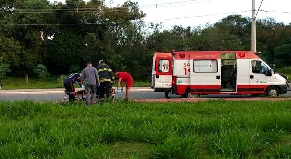 Motorista foi socorrido pelo Samu após carro cair em córrego de Itapetininga (SP) — Foto: Fábio Barbosa/TV TEM