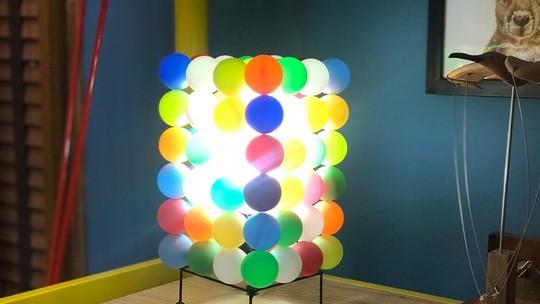 Luminária de bolinhas coloridas deixa ambiente com toque moderno; aprenda a fazer