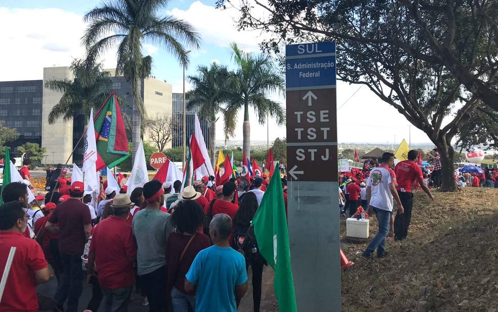 Manifestantes se aproximam do Tribunal Superior Eleitoral, em Brasília, em ato pró-Lula (Foto: Letícia Carvalho/G1)