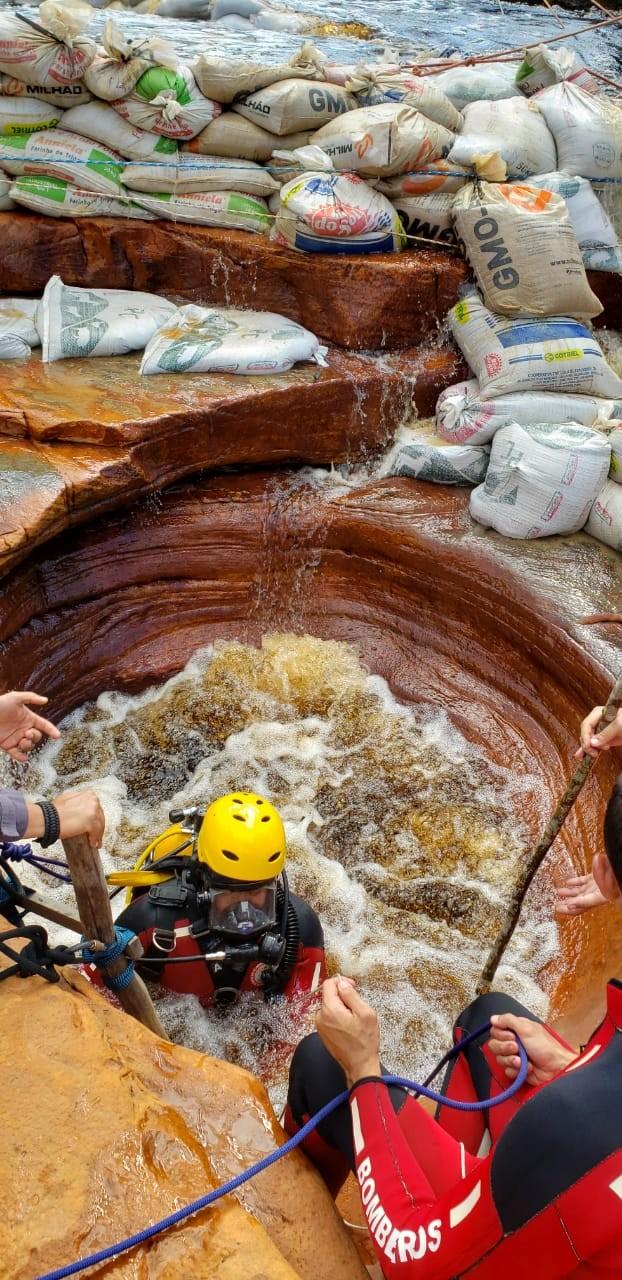 Guia turístico morre após sofrer queda e se afogar em cachoeira na BA; corpo foi resgatado pelos bombeiros