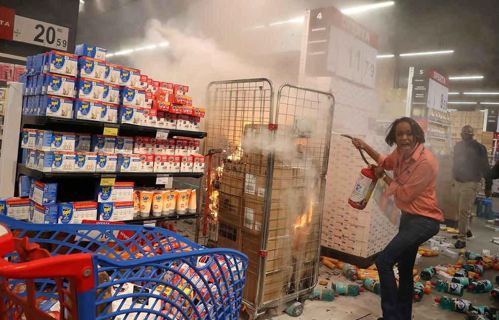 Loja do Carrefour é atacada em São Paulo — Foto: Amanda Perobelli/Reuters