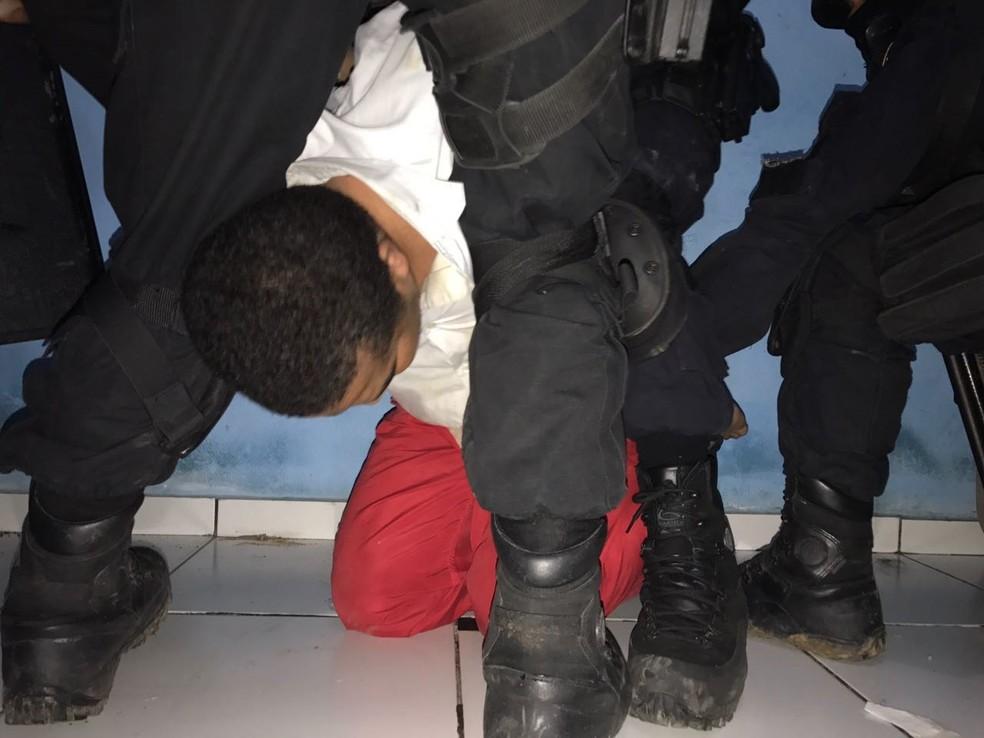 Suspeito foi rendido por equipes do Bope após policiais entrarem no imóvel (Foto: SSP/ Divulgação)