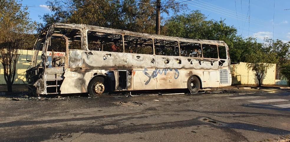 Ônibus ficou destruído pelo fogo em Cosmópolis (SP) — Foto: Arquivo pessoal
