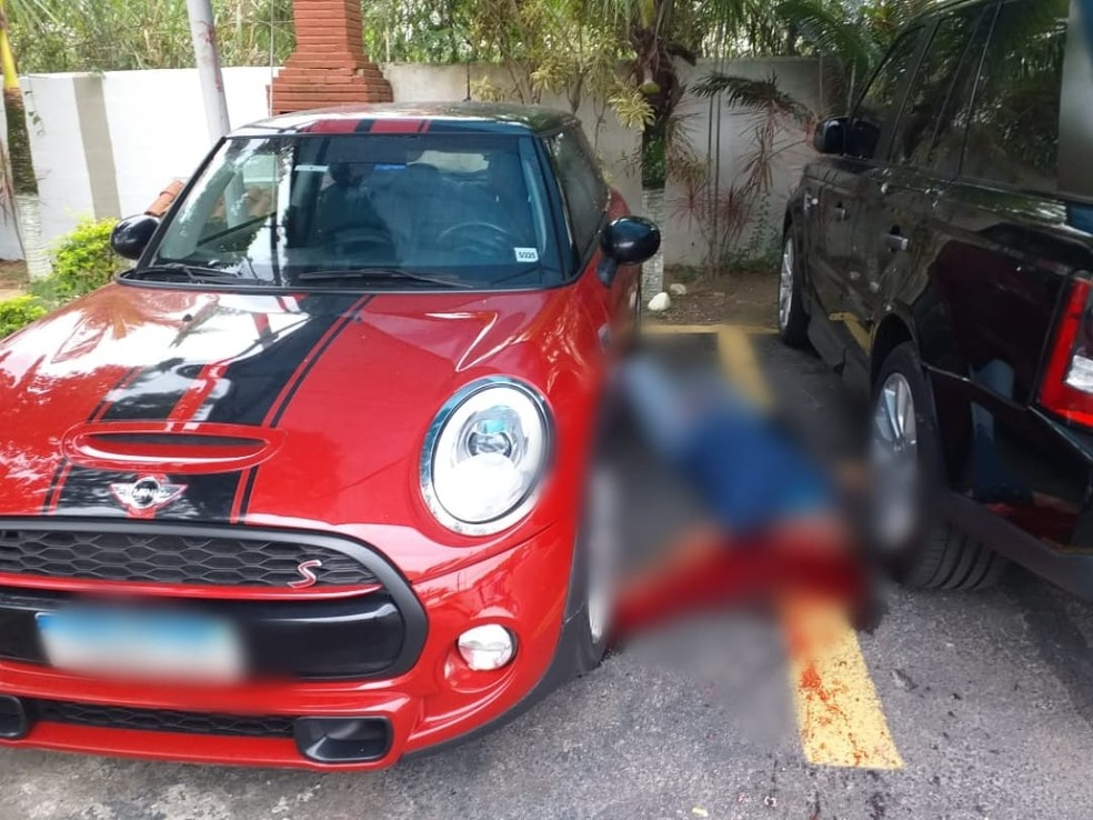Corpo de Fernando Ignnácio ficou caído ao lado do carro — Foto: G1 Rio