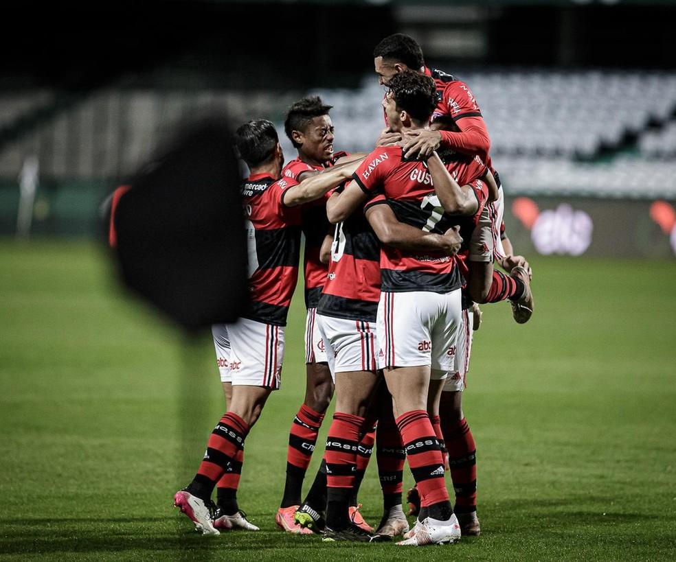 Jogadores do Flamengo comemoram no Couto Pereira — Foto: Miguel Locatelli/Neo Photo