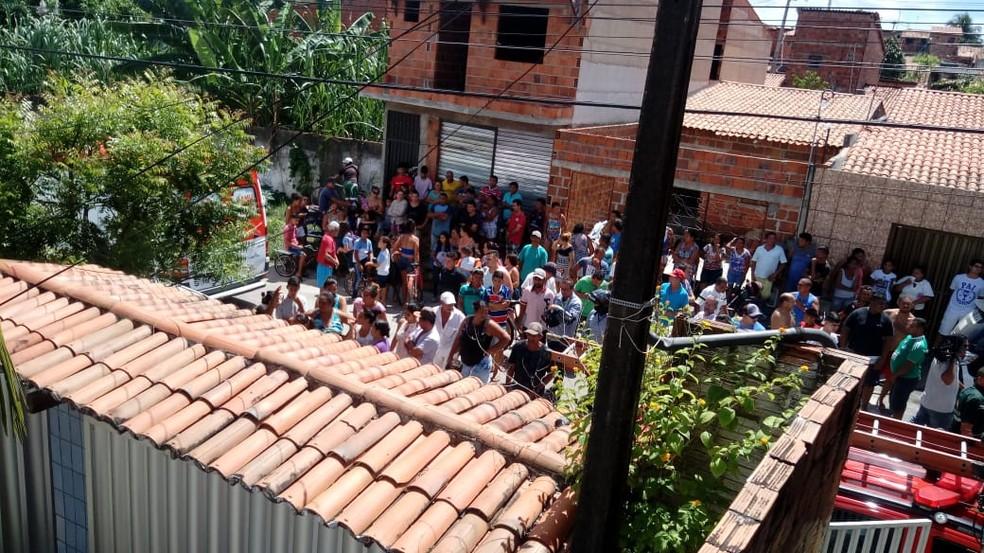 Moradores se aglomeraram na frente da escola  (Foto: Alana Araújo/TVM)