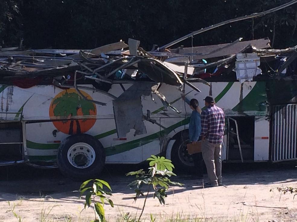 Perícia no ônibus do acidente na Rodovia Mogi-Bertioga — Foto: Solange Freitas/G1