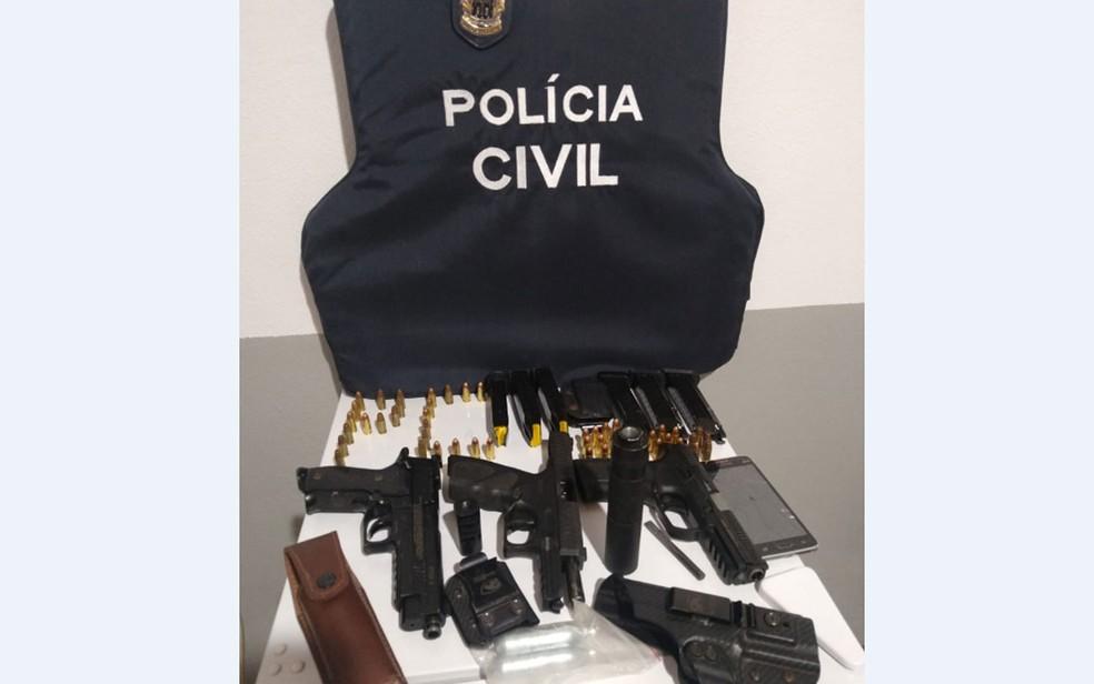 Cabo reformado do Exército foi preso no sul da Bahia suspeito de homicídio e armas foram apreendidas com ele — Foto: Divulgação/Polícia Civil de Maraú