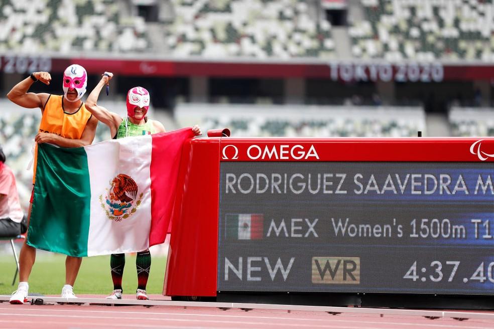 Monica Saavedra posa ao lado do recorde mundial dos 1.500m T11 — Foto: Tasos Katopodis/Getty Images