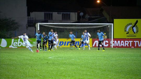 """Grêmio reclama de iluminação e do gramado do Cristo Rei: """"Tem que jogar de lanterna"""""""