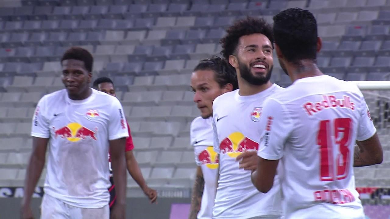 2º gol - Claudinho vê adiantado o goleiro Santos, do Athletico-PR, e marca golaço de cobertura