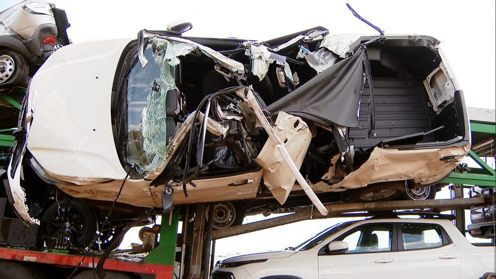 Uma caminhonete ficou presa na lateral do caminhão cegonha e teve o teto arrancado — Foto: Reprodução/TV Integração