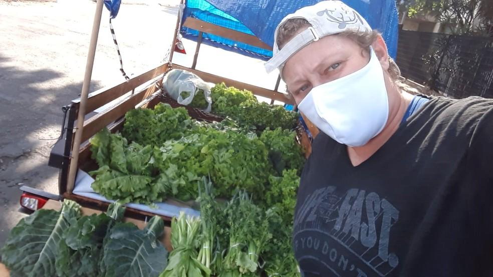 Leila trabalha com venda de verduras em Campinas — Foto: Arquivo pessoal