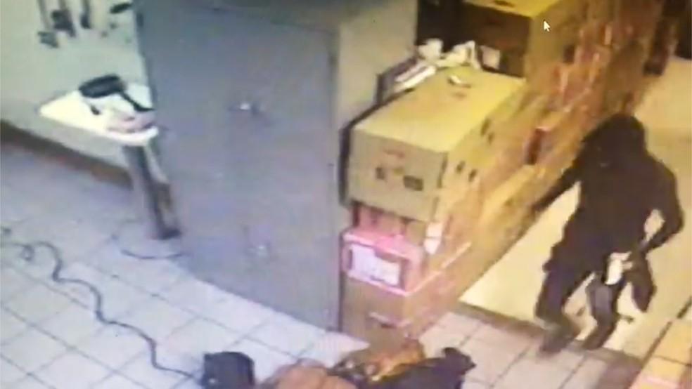 Bandidos estavam encapuzados e levaram ferramentas para invadir loja de shopping em MS (Foto: Polícia Civil/Divulgação)