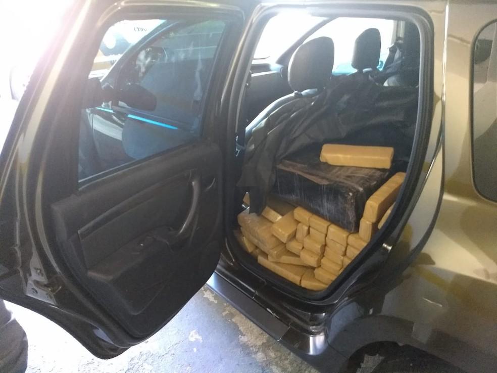 Banco dos passageiros também estava cheio de drogas — Foto: Divulgação/Polícia Rodoviária