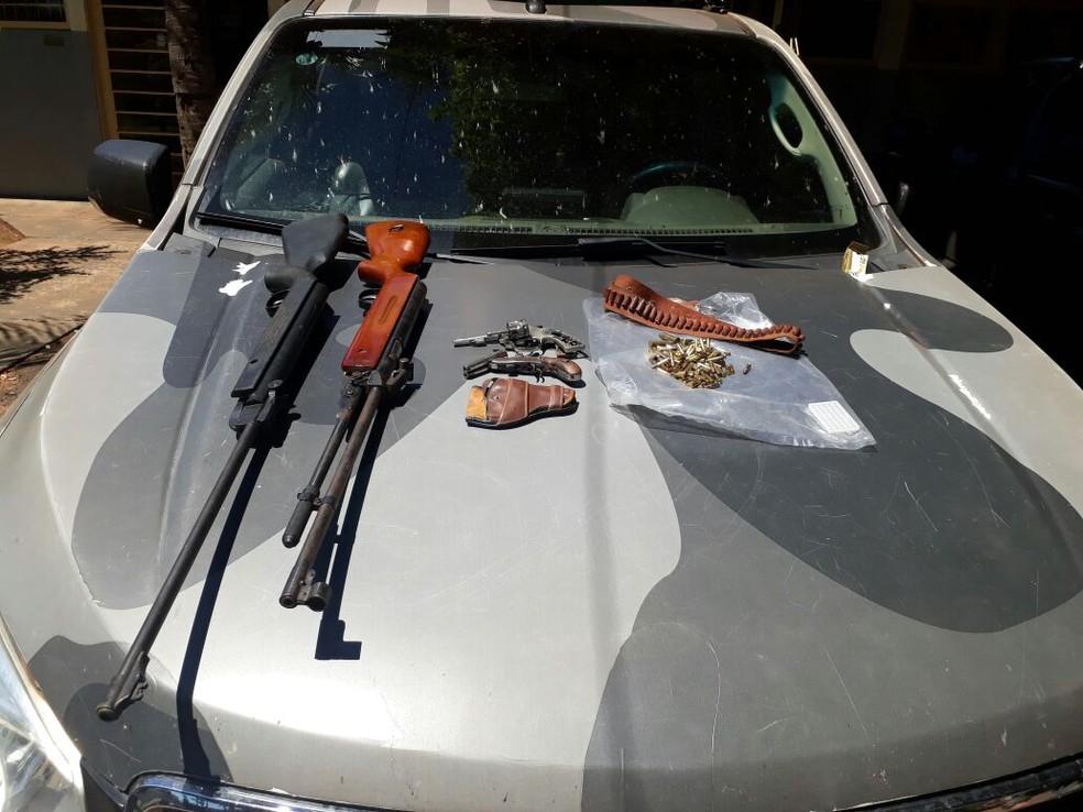 Armas apreendidas durante ação que resultou na apreensão de 48 galos e 38 pessoas detidas em Ribas do Rio Pardo (MS) por participarem de rinhas de galo (Foto: BpChoque/Divulgação)