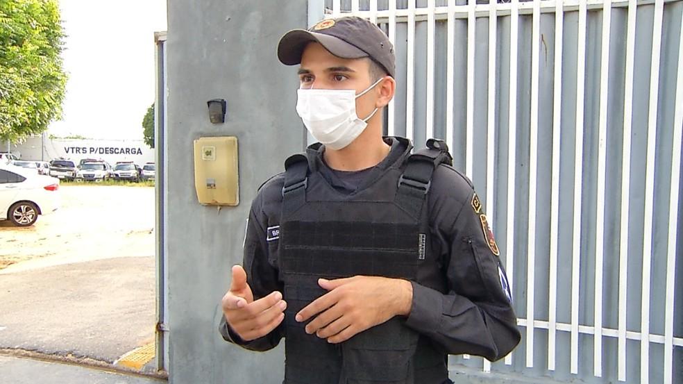 Soldado PM Jorge Brendom fez a manobra para desengasgar o bebê — Foto: Hugo Andrade/Inter TV Costa Branca