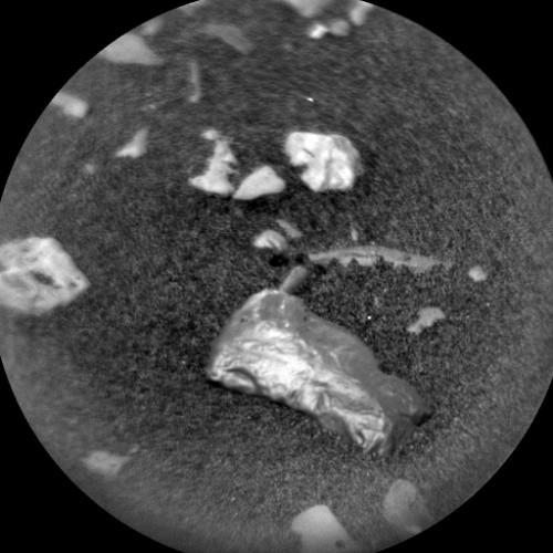 Detalhe de objeto brilhante localizado pela Curiosity (Foto: Divulgação/ NASA)