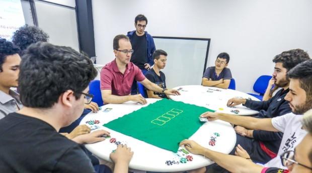 Segundo o professor, o bom jogador de pôquer tem de desenvolver e praticar diversas competências semelhantes às de um bom gestor de negócios.  (Foto: Jornal de Negócios do Sebrae-SP)