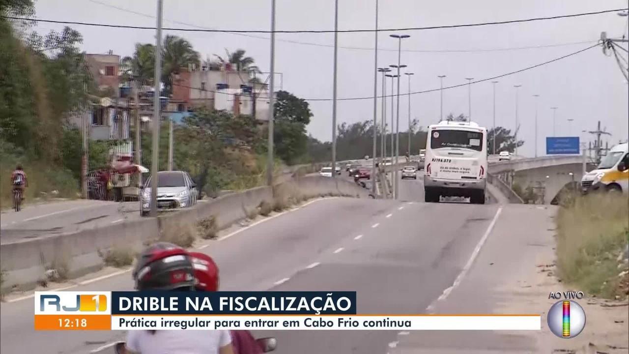 Ônibus de turismo continuam driblando fiscalização para entrar em Cabo Frio