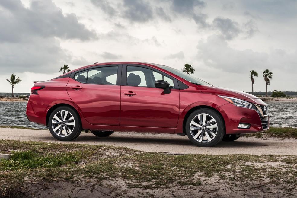 Nissan Versa: lateral tem vincos marcantes — Foto: Divulgação/Nissan