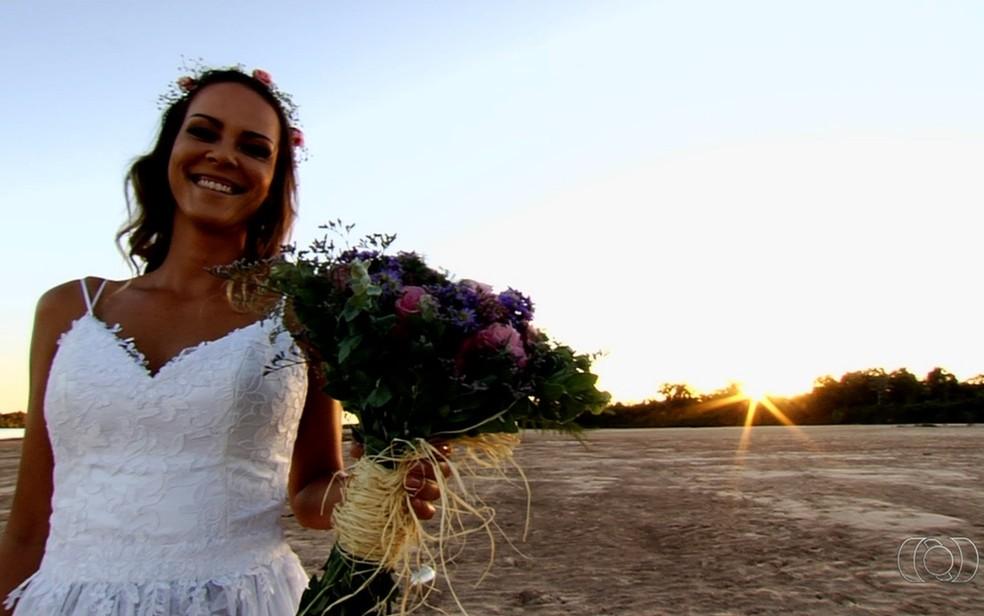 Noiva Erica Tomich, de 32 anos, se casou às margens do Araguaia (Foto: Reprodução/Tv Anhanguera)