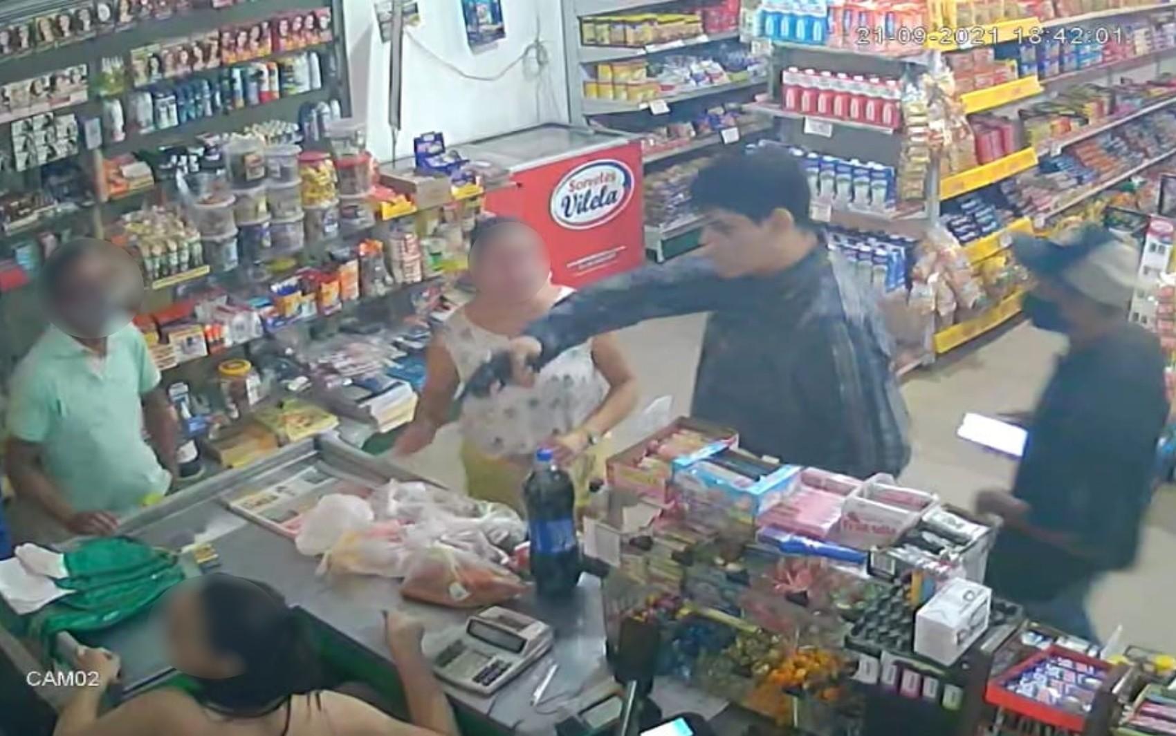 Ladrão atira na orelha de cliente durante assalto em supermercado de Goianira; vídeo