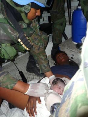 Parto nas ruas do Haiti (Foto: Divulgação/Forças Armadas Brasileiras)