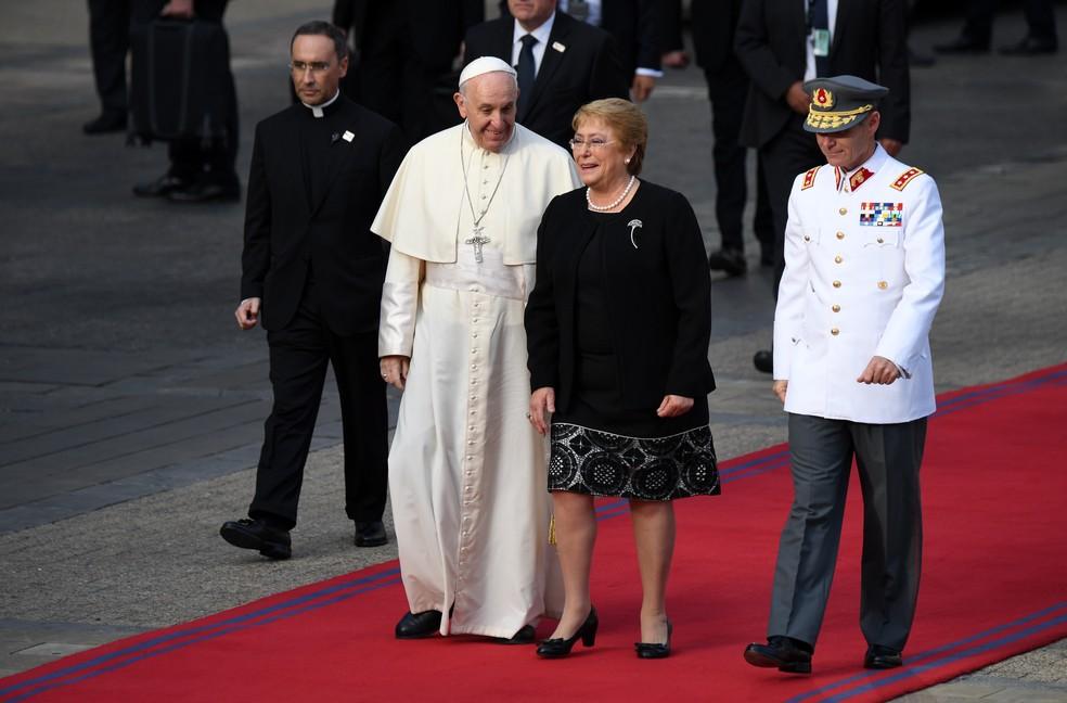 A presidente do Chile, Michelle Bachelet, recebe o Papa Francisco no Palácio Presidencial em Santiago no dia 16 de janeiro de 2018  (Foto: Martin Bernetti / Afp)