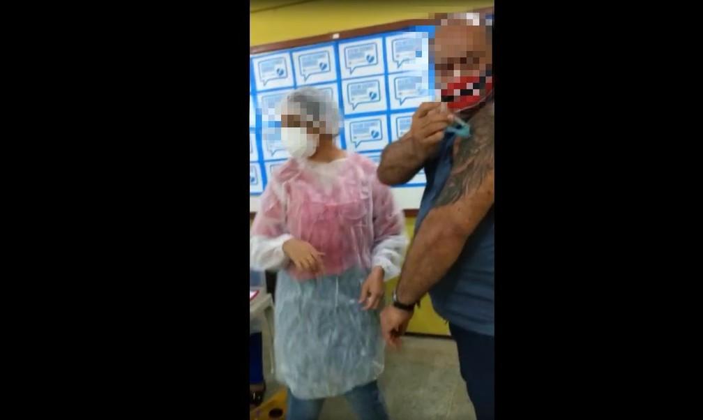 Momento em que morador do Eusébio injeta vacina em si mesmo — Foto: Reprodução