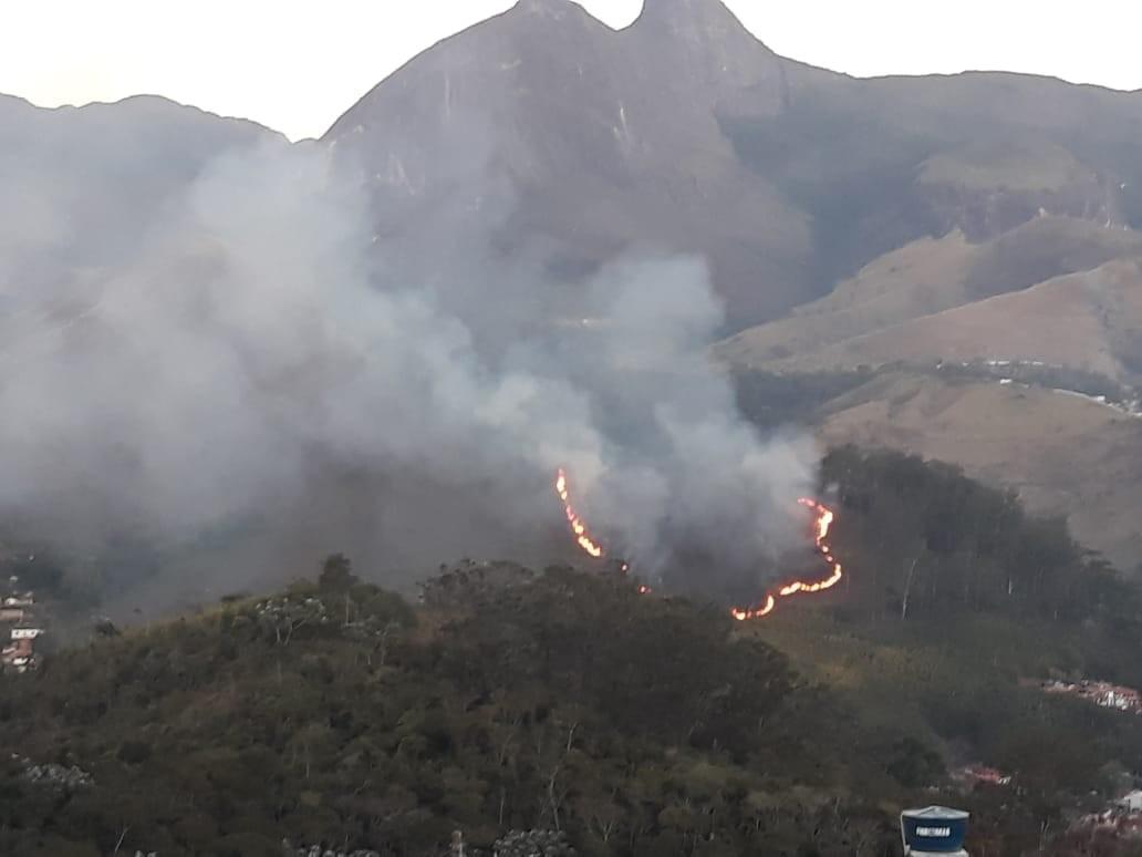 Incêndio em mata destrói área equivalente a 20 campos de futebol em Petrópolis, no RJ - Radio Evangelho Gospel