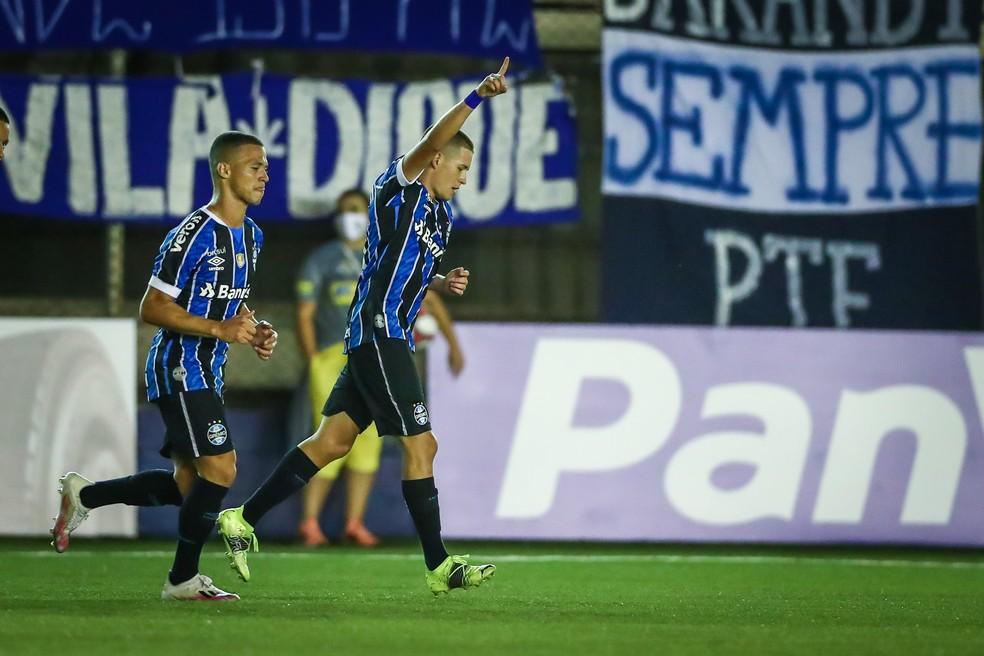 Pedro Lucas comemora primeiro gol pelo Grêmio — Foto: Lucas Uebel/DVG/Grêmio