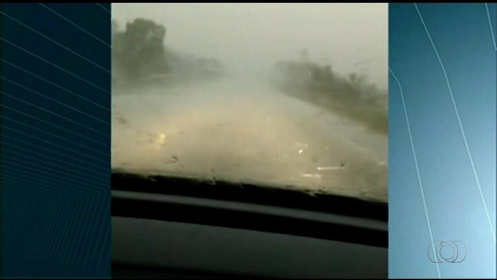 Moradores registram chuva de granizo em Formoso do Araguaia (Foto: Reprodução/TV Anhanguera)