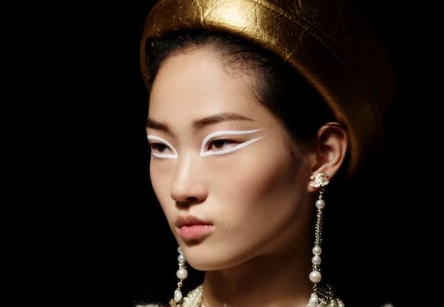 O delineador branco pode ser o elemento inesperado e simples para uma maquiagem moderna (Foto: Chanel/ Divulgação)