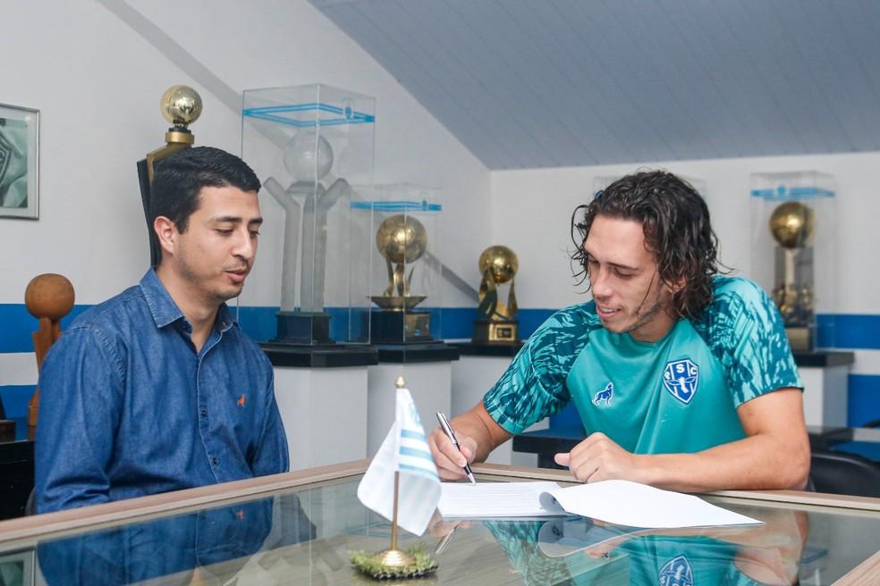 Executivo ao lado de Nicolas na renovação para a temporada 2020 — Foto: Jorge Luiz/Paysandu