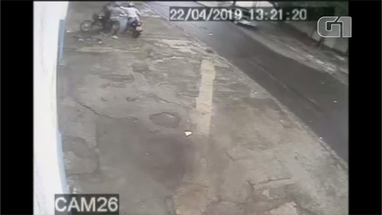 Polícia procura homens que renderam funcionário de supermercado e roubaram malote com R$20 mil; vídeo