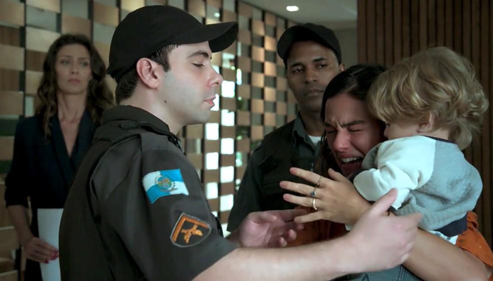 Em 'A Força do Querer', Ritinha (Isis Valverde) sofre ao deixar Ruyzinho com Joyce (Maria Fernanda Cândido) — Foto: Globo