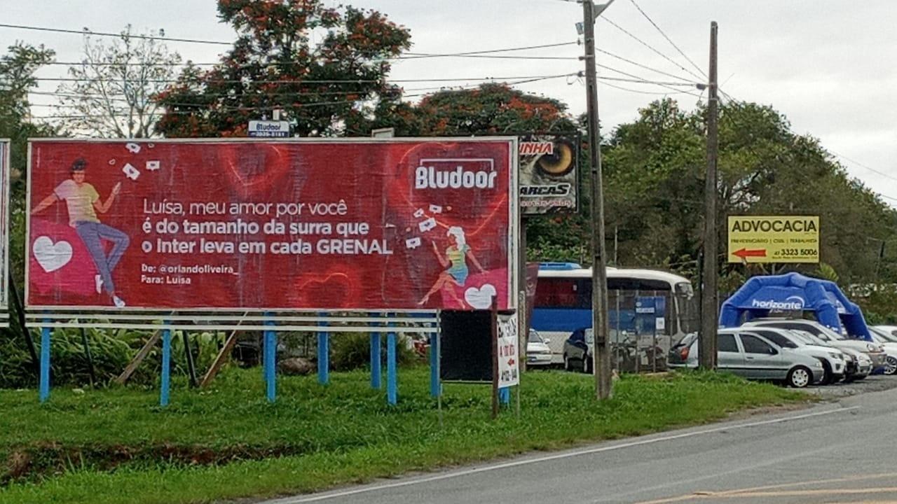 Declaração de namorado em outdoor viraliza em SC: 'Meu amor por você é do tamanho da surra que o Inter leva em cada Gre-Nal'