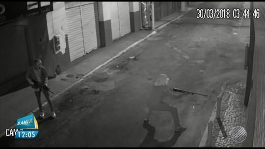 Câmera de segurança registra ação em Catu e flagra bandido dando instruções de tiro a comparsa, no meio do assalto