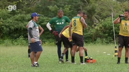 """Andrade não vai a treino após problema na folga, e técnico condena boatos: """"Ruim que aconteçam"""""""